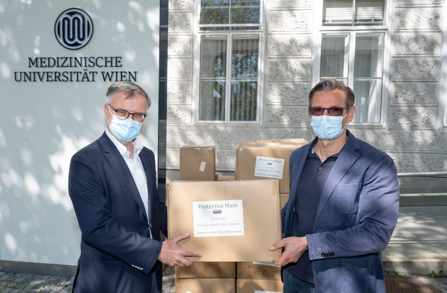 Alex Schütz C-Quadrat spenet Schutzmasken an Meduni Wien
